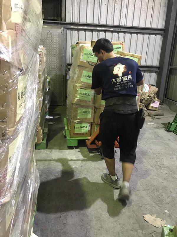 台北市搬家案例.北醫庫房整理紙箱與移動上架定位5