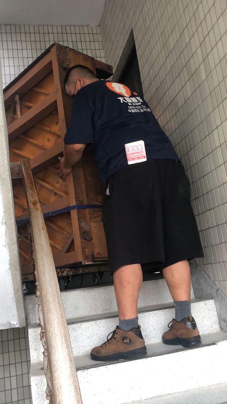 台北市搬家案例.士林區搬廢棄鋼琴至一樓巷口回收5